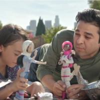 Papà che giocano con le Barbie..